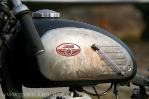 a closer look at the gas tank of this custom Jawa motorcycle